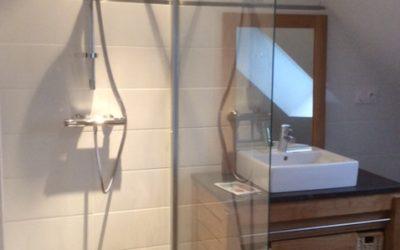 Pose d'une vitre de douche sur une paroi renforcée